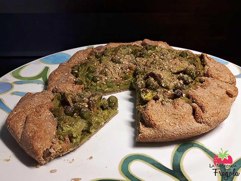 Torta salata alla chufa con piselli e fave